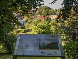 Modersohn-Infotafel mit Blick auf Tecklenburg