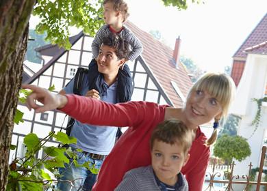Eine Familie mit zwei Kindern wandert durch die Fachwerkstadt Tecklenburg